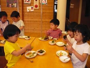 給食のごちそうは・・・手巻き寿司。大きい子は自分で好きなのを巻いてつくったよ。