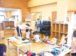 すずめ(2歳児)さん。「まずは、服を全部だして~・・・」