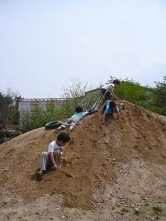 築山で遊ぶ園児