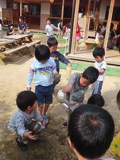 園庭で遊ぶ園児達