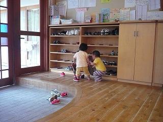 玄関で二人の園児が