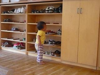 下駄箱に靴を直す園児