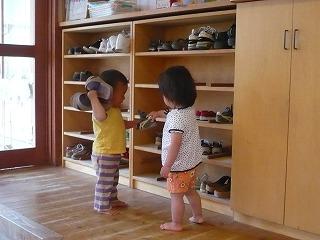靴を持ってる園児二人