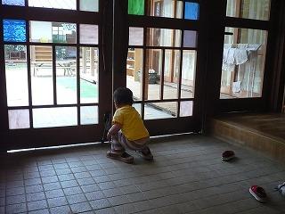 スリッパを履く園児