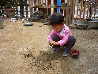泥団子を作る園児