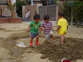 三人で泥遊び