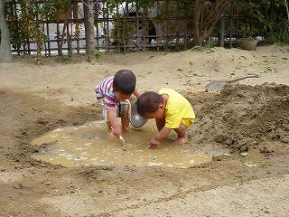 泥遊びの園児