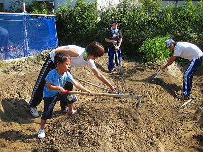 畑で作業する園児と先生