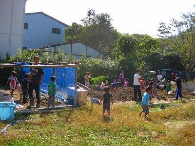 畑で作業する園児達